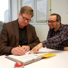 Harry Zengerink signs the MOOC agreement